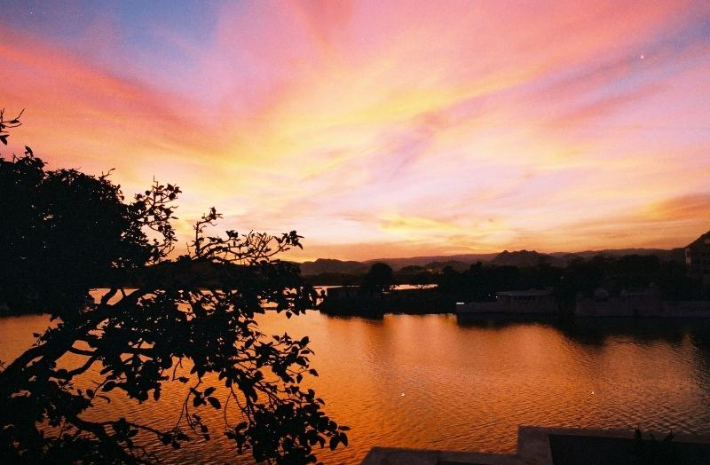 lac d`Udaipur au soleil couchant